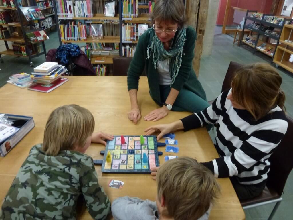 Spielerunde in der Bücherei